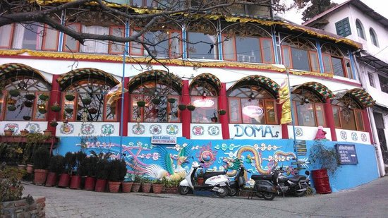 Doma's Inn: Front view of domas, lots of color and a haven.