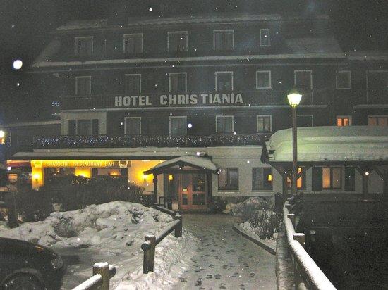 Hôtel Christiania : L'hôtel de nuit sous la neige