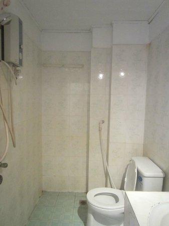 Mad Monkey Hostel Siem Reap: Bathroom (room 16)