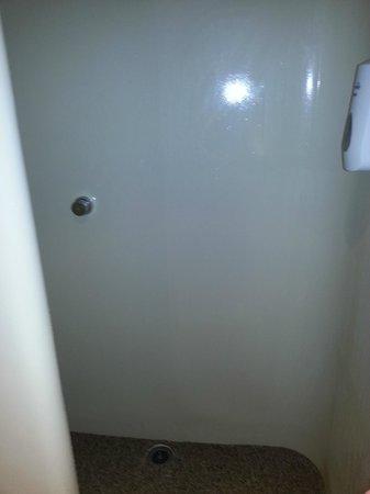 HotelF1 Paris Porte de Montreuil: Banheiro horrível