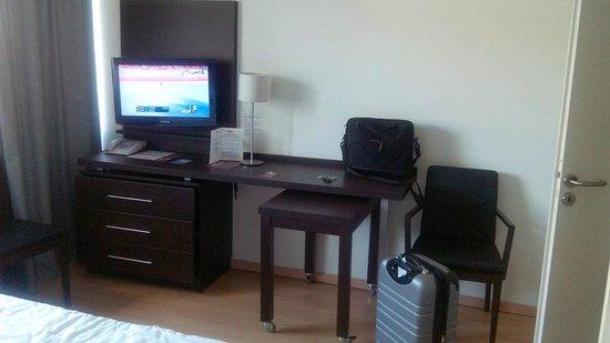 Residhome Appart Hotel Tolosa : Studio 221 : meuble de rangement, télé et bureau