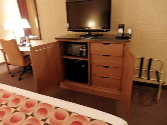 Drury Inn & Suites Phoenix Happy Valley: chest with mini-frig and microwave and drawers