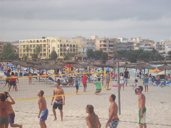 Playa Moreia Apartments : Volleyball on the beachfront