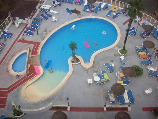 Playa Moreia Apartments : Large, clean pool area with small children's pool