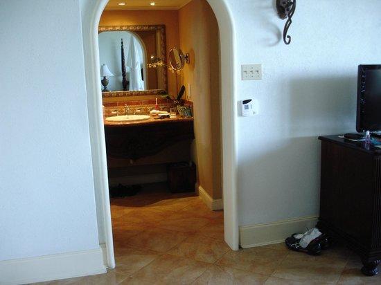 Jewel Dunn's River Beach Resort & Spa, Ocho Rios,Curio Collection by Hilton : Diamond Bldg bathroom entry