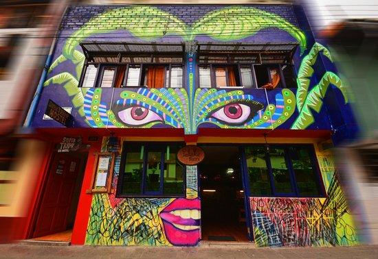 """Supertramp Eco Hostel: Frontis Supertramp Hostel y Palate Bistro, Mural """"Pachamama"""" por Chucho y Sebas Villalba"""