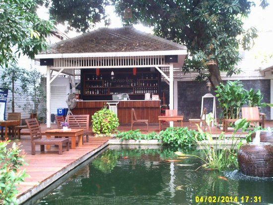 Feung Nakorn Balcony Rooms & Cafe: Bar