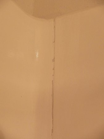 Best Western Moreno Hotel & Suites: cracking paint at joint in tub/shower unit