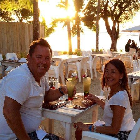 Crown Beach Resort & Spa : Stunning golden sunset, dinner on the sand 🌴
