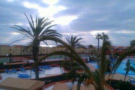 Aparthotel Oasis Tropical : Basen i kort tenisowy