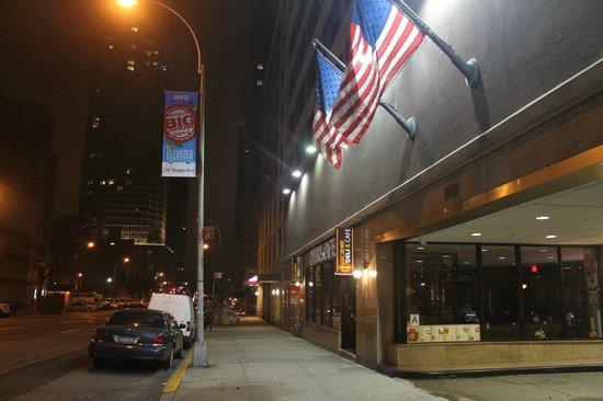 Travel Inn Hotel New York : кафе рядом с отелем