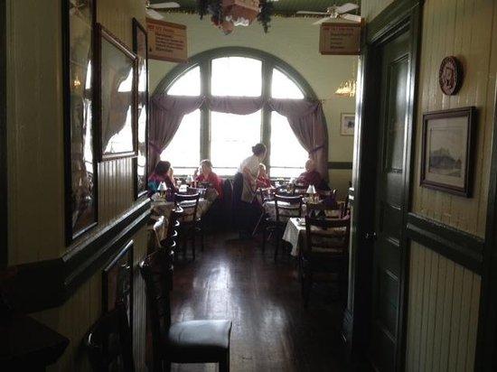D & R Depot Restaurant: Outer dining room