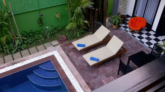 Asanak D'Angkor Boutique Hotel : Pool area and tables where breakfast is served.
