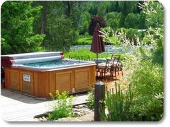 Valhalla Riversuites : Hot Tub overlooking the river