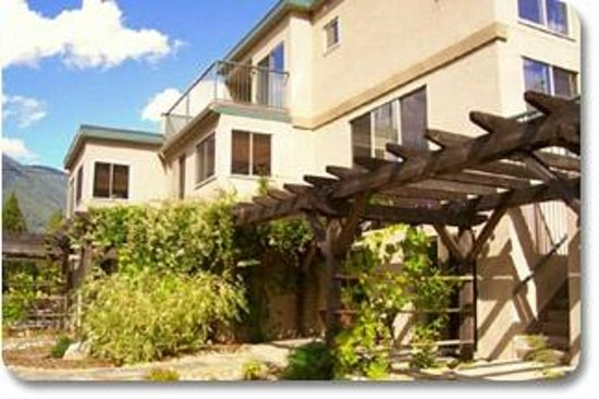 Valhalla Riversuites : Four units, ranging from 1-2 bedrooms each with private patios overlooking the Slocan River
