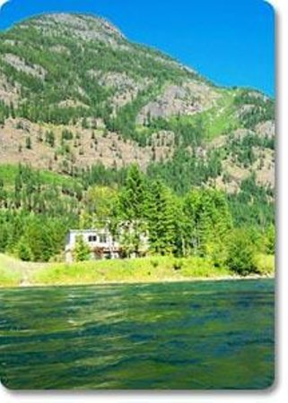 Valhalla Riversuites : Private Riverfront Suites with Mountain views