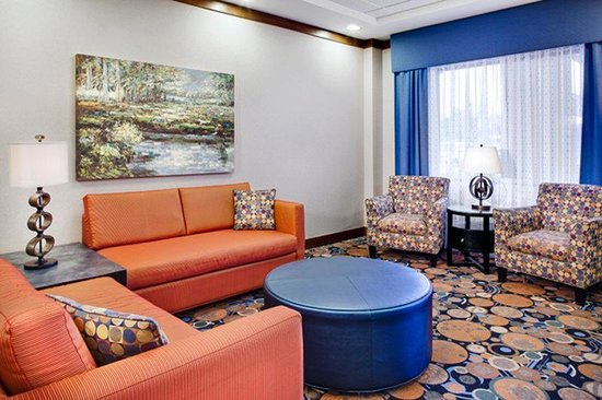 Holiday Inn Express Coralville: Relax in our Lobby Lounge!