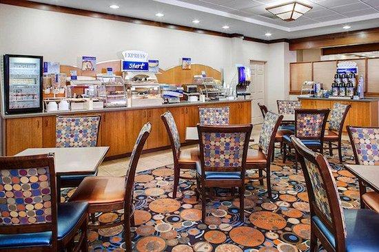 Holiday Inn Express Coralville: Complimentary full breakfast buffet!