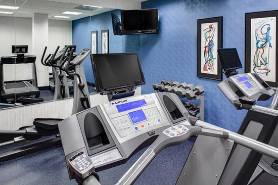 Holiday Inn Express Coralville: Continue your workout in our Fitness Room!