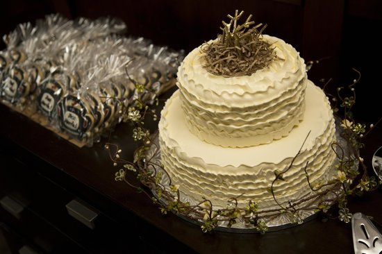 The Oswego Hotel: Cake & Cookie Favour Table - O Bistro Wedding