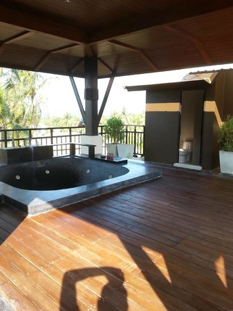 Kirikayan Luxury Pool Villas & Spa: jacuzzi op het dakteras