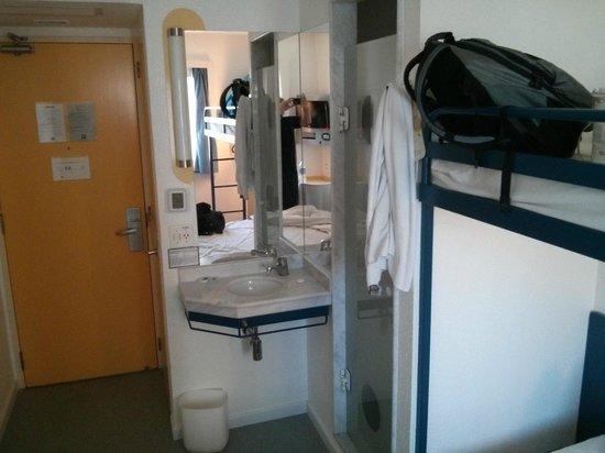 Ibis Budget Sao Paulo Morumbi: Visão do apartamento por outro ângulo