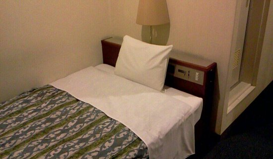 Heisei Hotel : 寝心地の良いベッド。