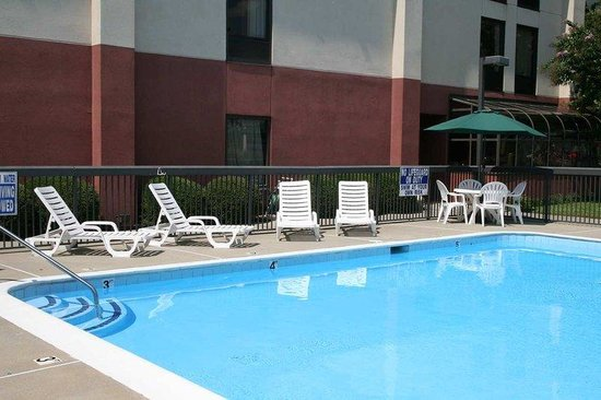 Hampton Inn Aiken: Pool with Courtyard