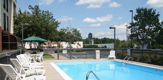 Hampton Inn Aiken: Pool with view