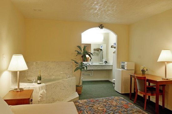Americas Best Value Inn & Suites - Waller/Houston : King Jacuzzi