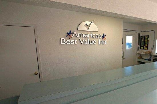 Americas Best Value Inn-Giddings: Front Desk
