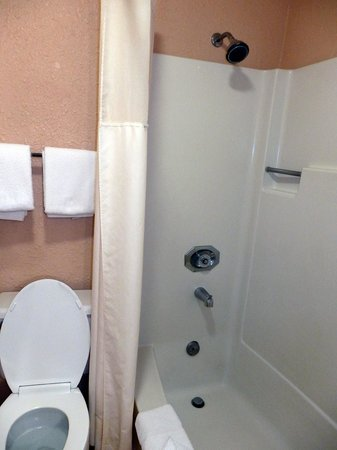Quality Inn - Cottonwood: tub/shower unit