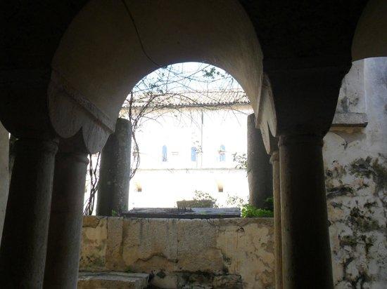Abbazia di Fossanova : giochi d'ombra nel chiostro