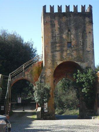 Abbazia di Fossanova : la torre all'ingresso del borgo