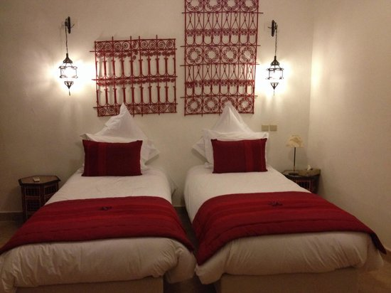 Riad Badi: Our room complete with rose petals!