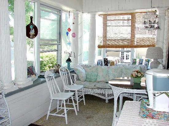 Andrea's Bed and Breakfast: Breakfast in the Front Porch