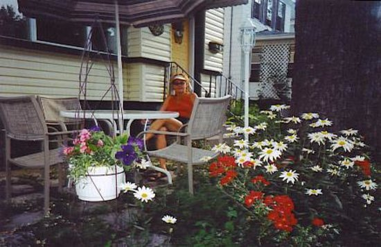 Andrea's Bed and Breakfast : Relax in the Front Garden