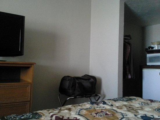 Econo Lodge Inn & Suites : Fridge, microwave, flat screen TV
