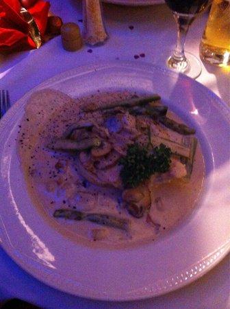 Portofinos Restaurant: Lovely chicken with fresh asparagus and mushrooms