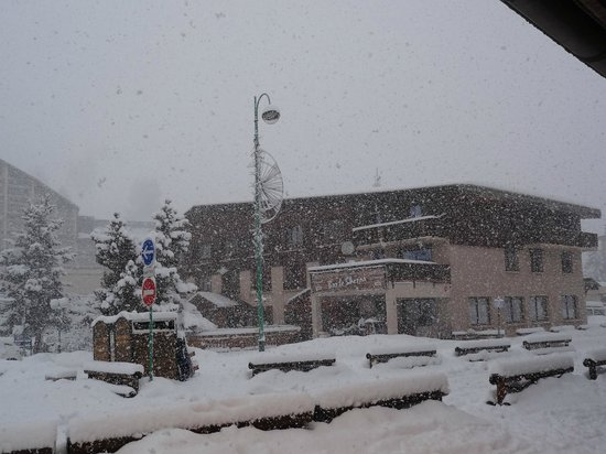Hotel le Sherpa : Hotel in snow storm