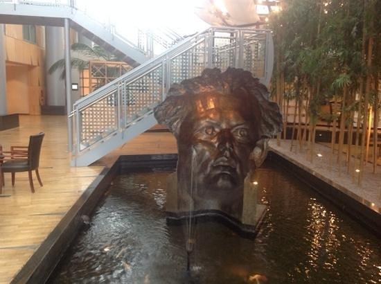Hyatt Regency Paris Charles de Gaulle : Modern Sculpture - Lobby