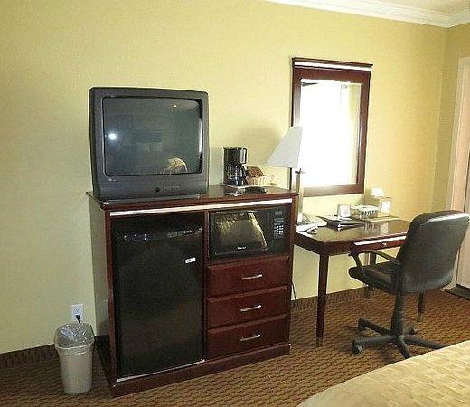 Econo Lodge Inn & Suites : TV, fridge, microwave, coffee maker