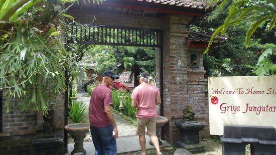 B&B Home Stay Griya Jungutan : Entrance to Griya Jungutan