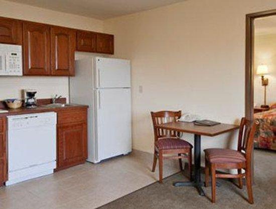 Super 8 St Robert Ft Leonard Wood Area: Suite with Kitchenette