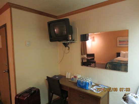 Canadas Best Value Inn: out dated tv