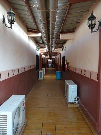 Kamsar, גינאה: corridor at Hotel Kamsar