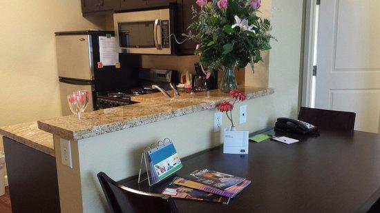 TownePlace Suites Farmington: Kitchen area in 2 bedroom suite