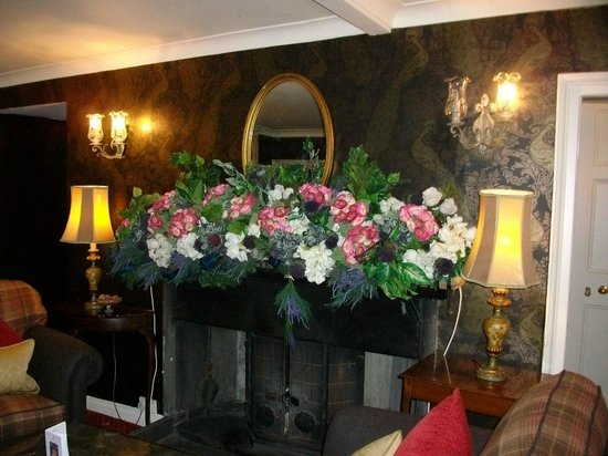 Roman Camp Hotel: Marvellous mantlepiece flower arrangements