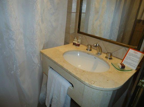 Duomi Plaza Hotel: Baño de la habitación