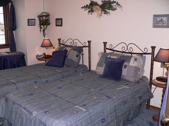 Pathway Cottage Bed & Breakfast: Riverine room with extra long twin beds